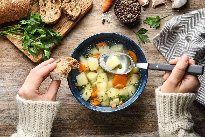 Zupa grysikowa podana w eleganckiej miseczce z ziemniakami i warzywami.