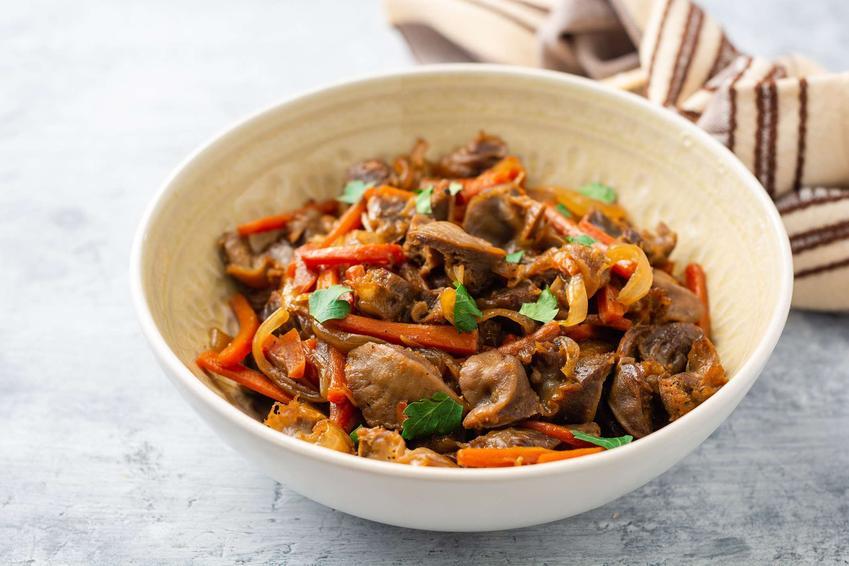 Żołądki z indyka podane w miseczce z warzywami w sosie.