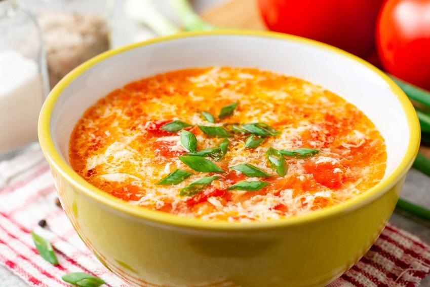 Zupa azjatycka podana w żółtej miseczce ze szczypiorkiem.