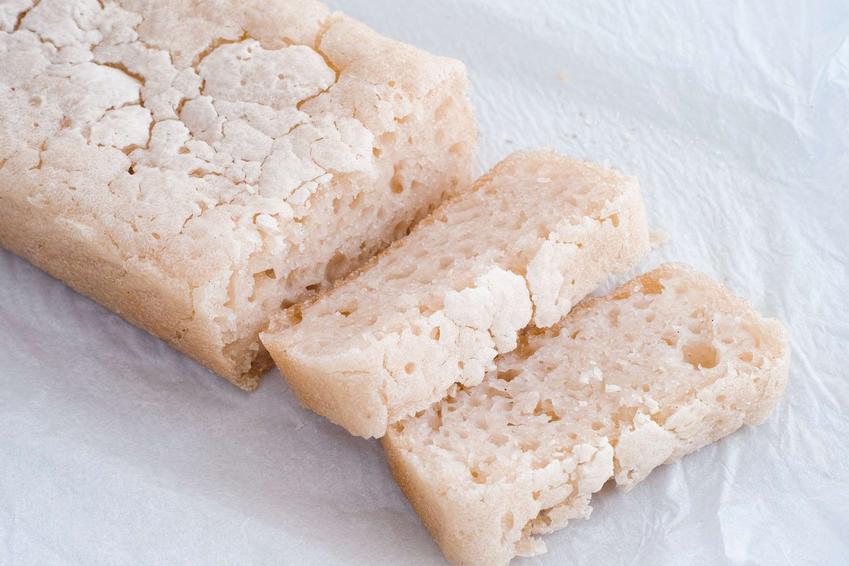 Chleb ryżowy, z ukrojonymi 2 kromkami, na białym tle.