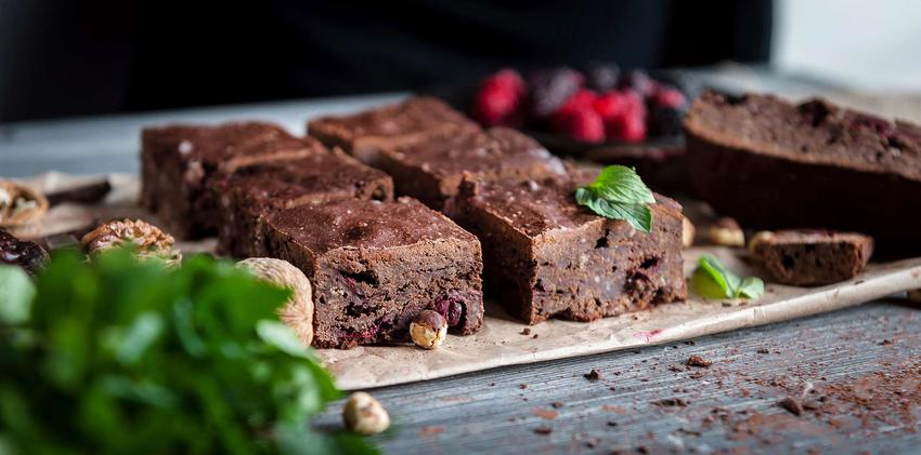 Ciasto czekoladowe z czerwonej fasoli z orzechami i malinami