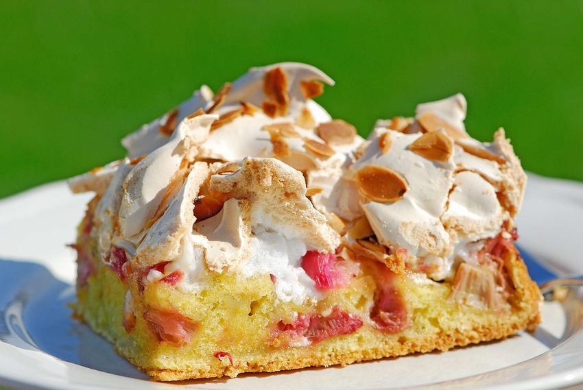 Kruche ciasto z rabarbarem i budyniem z pianką z bezy i rosą