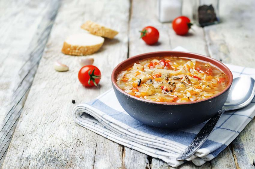 Kapusta z pomidorami podana w dużej ozdobnej misce.