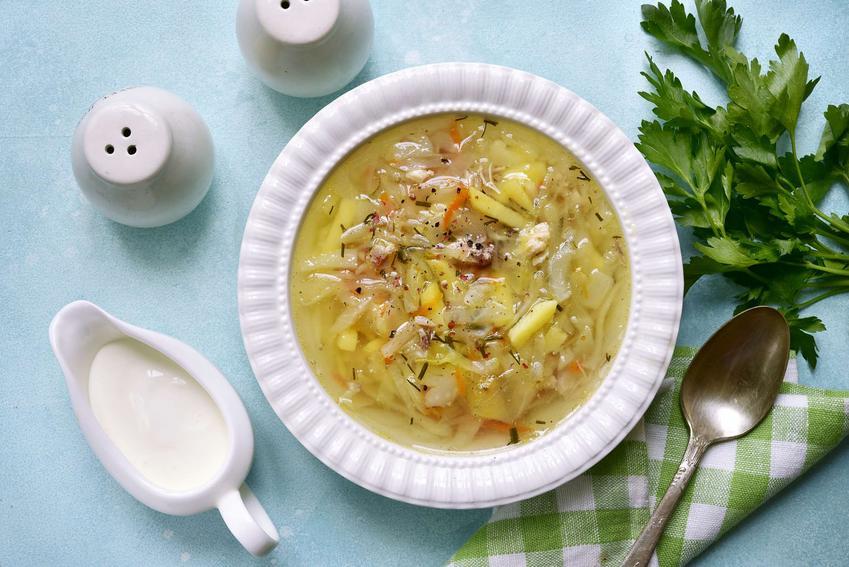Zupa parzybroda podana w eleganckiej miseczce na niebieskim tle.