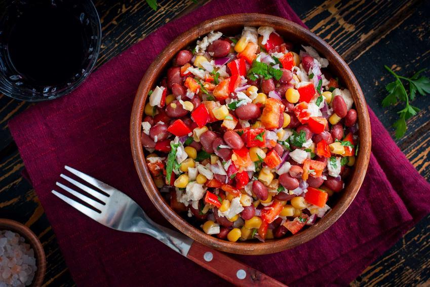 Sałatka z czerwoną fasolą i kukurydzą
