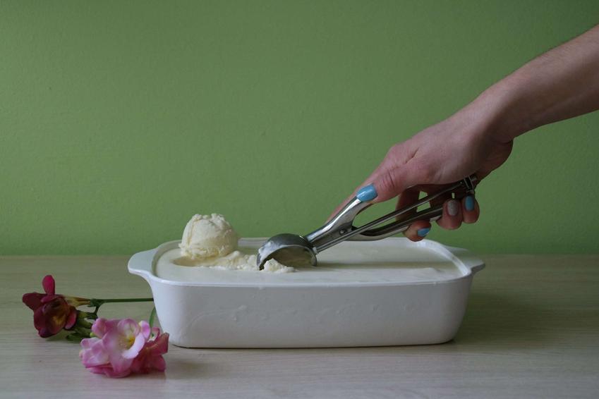 Lody śmietankowe podane w białym naczyniu.