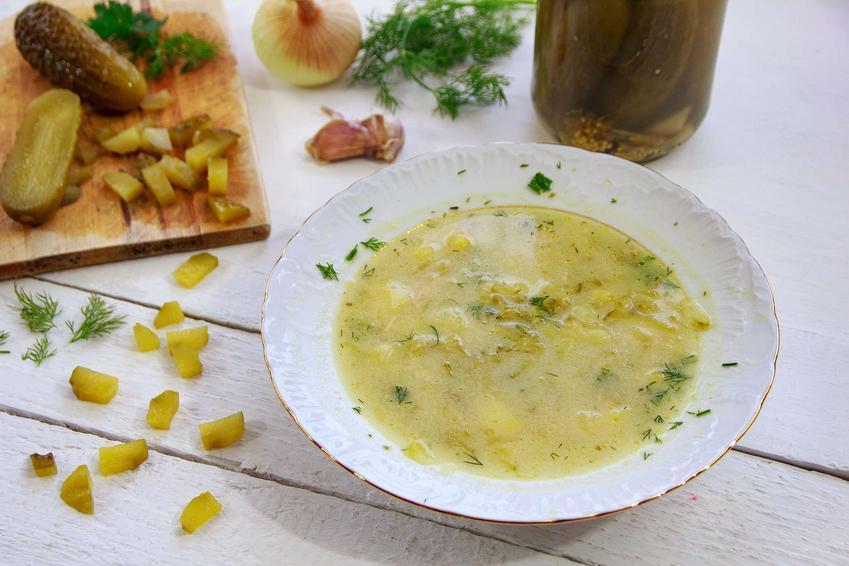 Zupa ogórkowa z ryżem podana w głębokim talerzu.