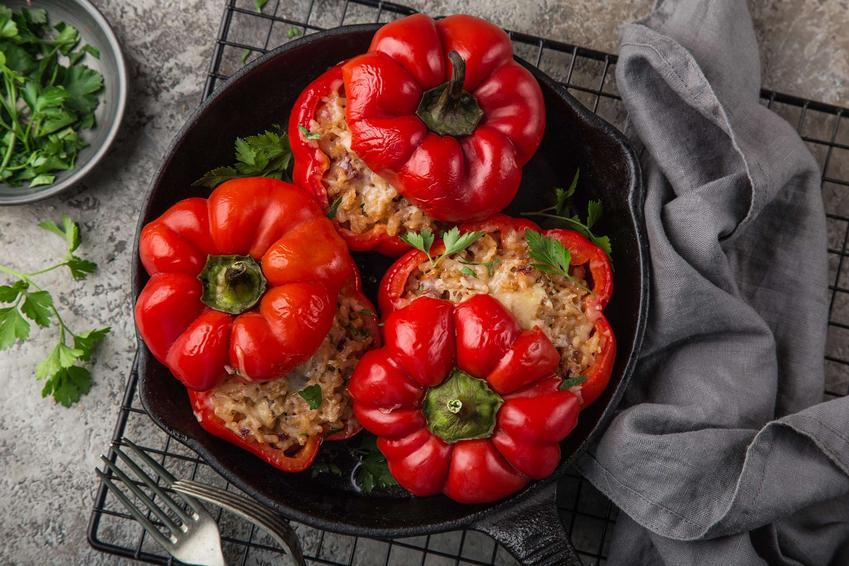 Papryka faszerowana mięsem mielonym podana w żeliwnym naczyniu.