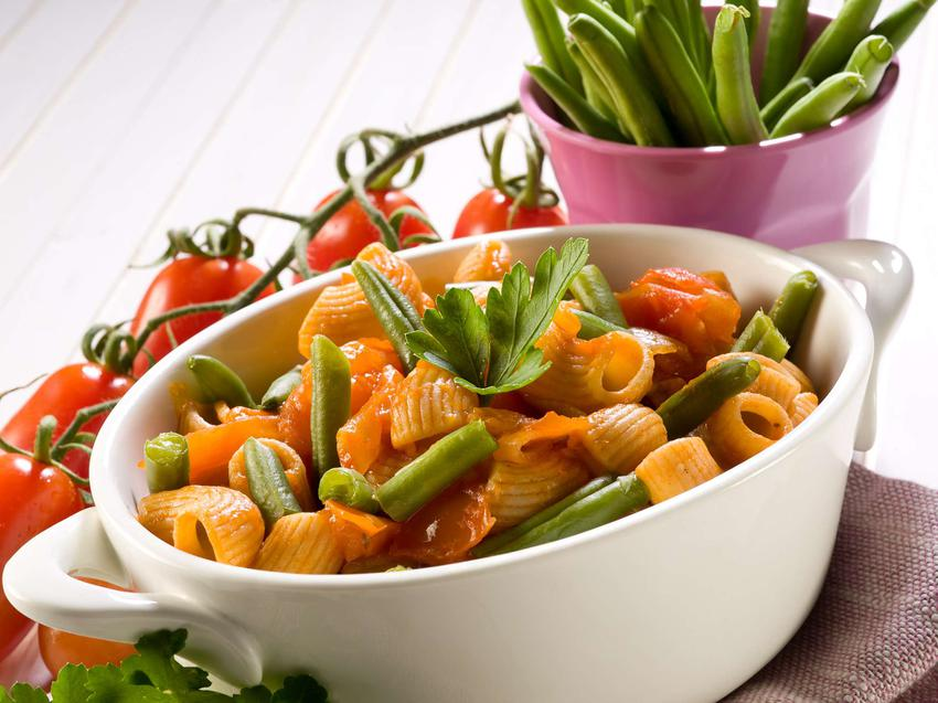 Makaron z fasolką szparagową z tofu i sosem pomidorowym