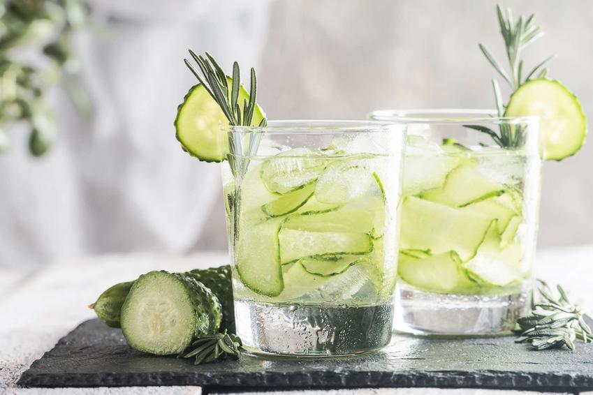 Lemoniada ogórkowa podana w dużych szklankach i ozdobiona rozmarynem.