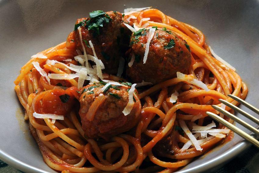 makaron spaghetti z sosem pomidorowym i klopsikami