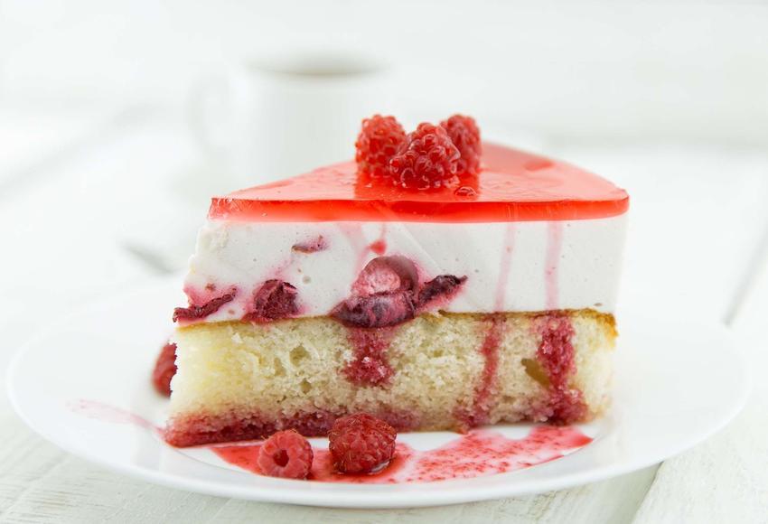 Ciasto jogurtowe ze śliwkami, masą jogurtową oraz galaretkami