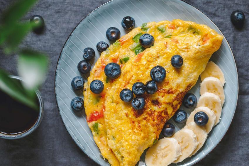 Omlet bez jajek podany z owocami na ozdobnym talerzu.