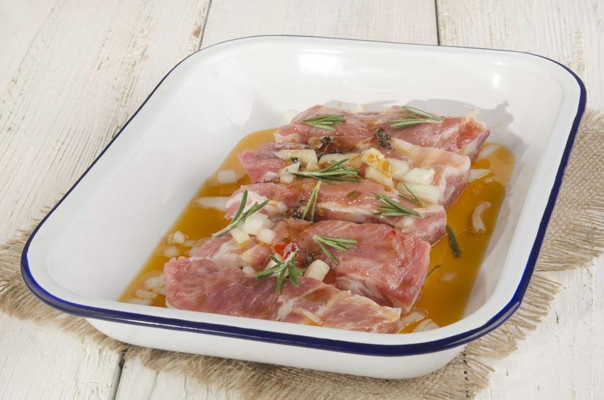 Zalewa do peklowania mięsa w naczyniu z mięsem.