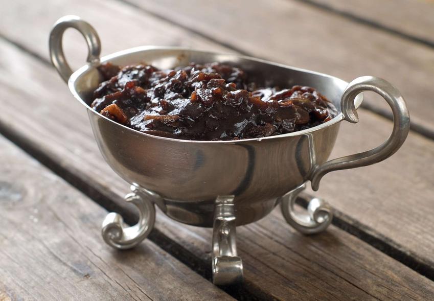Sos cebulowy podany w ozdobnym naczyniu.
