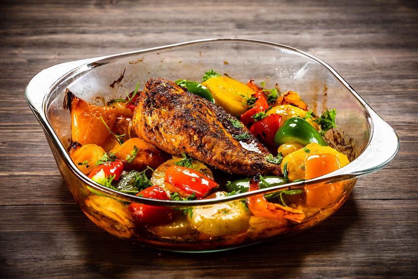 Udziec z indyka pieczony z warzywami podany w naczyniu żaroodpornym.