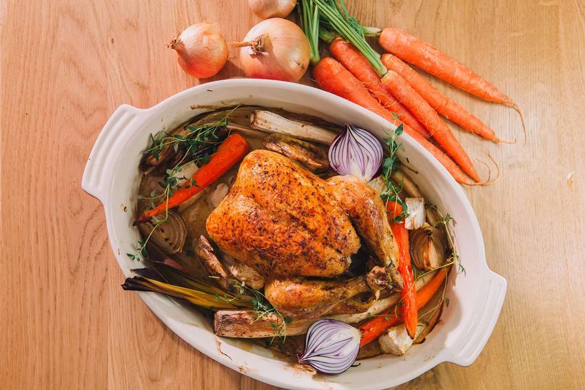 Kurczak pieczony w rękawie podany jest z dodatkiem pieczonych warzyw.