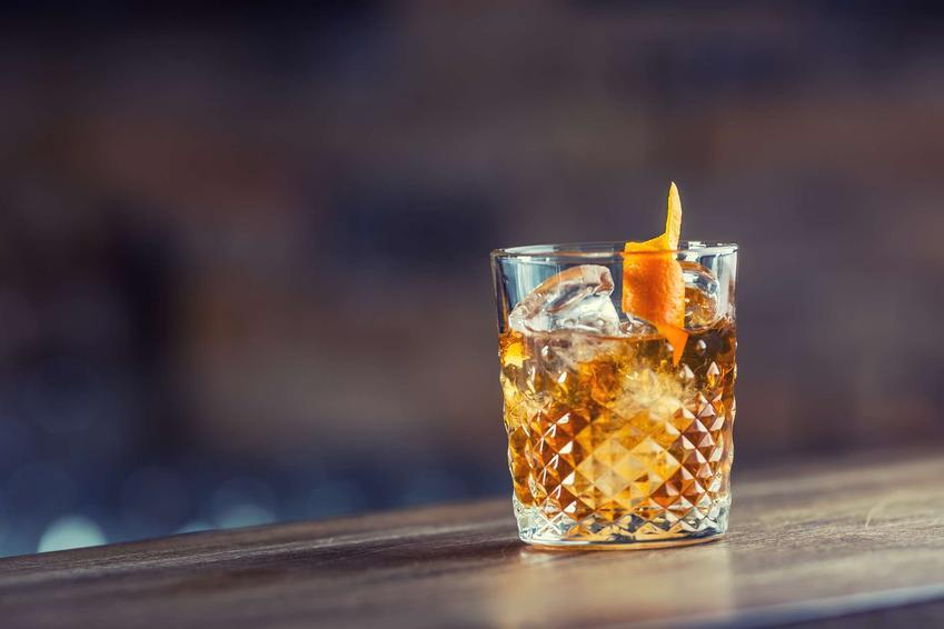 Old fashioned podany jest w kryształowej szklance.