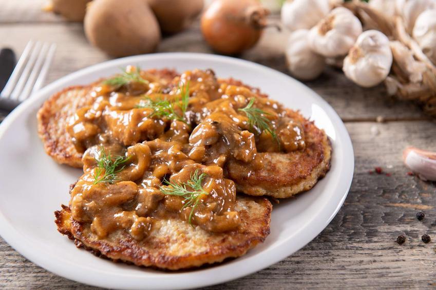 Dietetyczne placki ziemniaczane z sosem pieczarkowym
