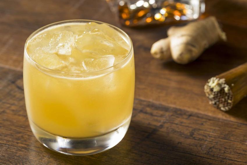 Penicillin podane jest w szklance, która stoi na drewnianym blacie.