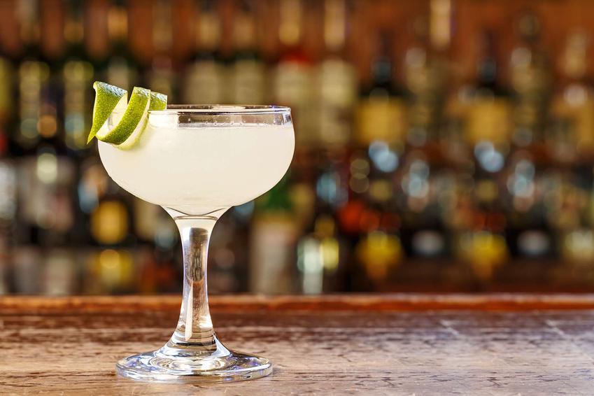 Daiquiri podany jest w kieliszku. Drink udekorowane jest skórką z limonki.