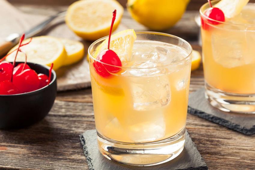 Whiskey sour podany jest w ozdobnej szklance. Udekorowany jest wiśnią.