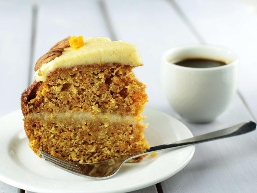 Ciasto marchewkowe przekładane śmietankowym kremem.