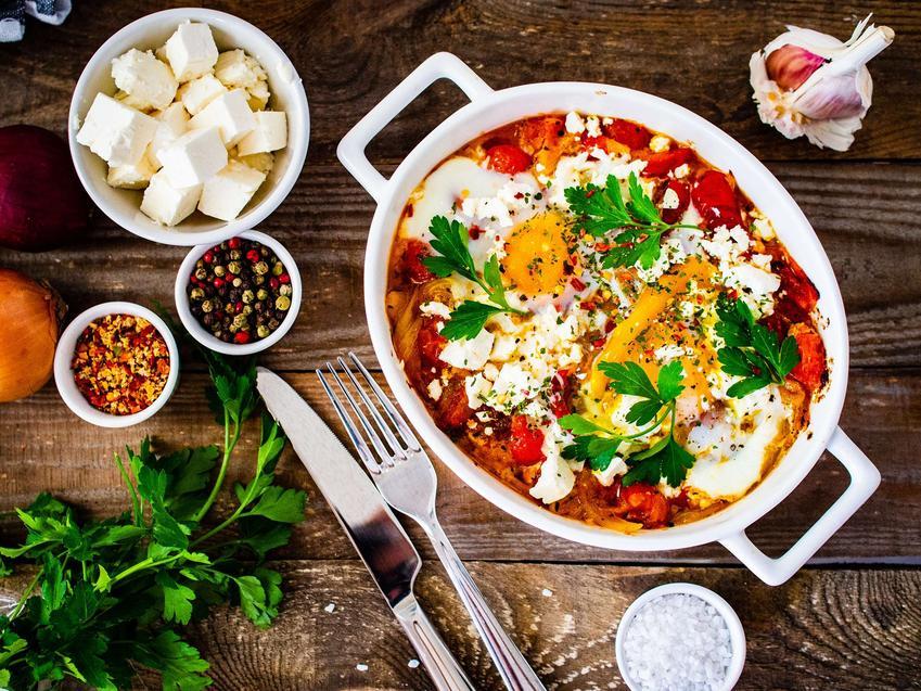 Szakszuka z pomidorem i serem mozzarella