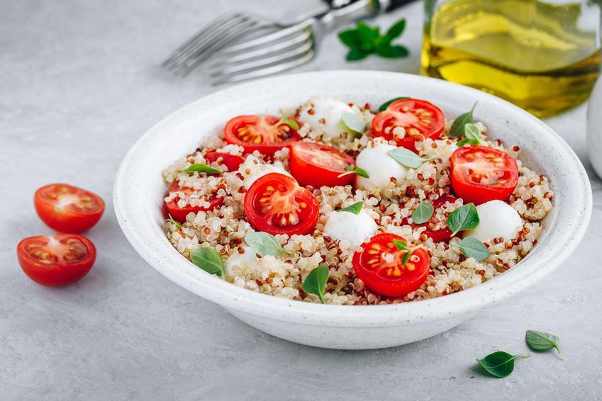 Sałatka z kaszą bulgur z suszonymi pomidorami i mozzarellą