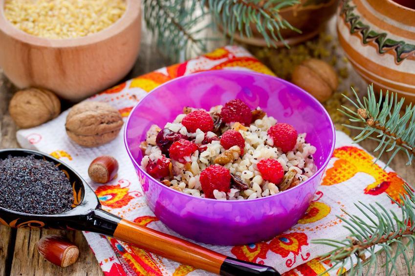 Sałatka z kaszą bulgur ze świeżymi owocami, miodem, orzechami i jogurtem