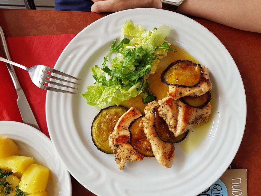 Grillowane szaszłyki z cukinią i kurczakiem, podane ze świeżą sałatką.