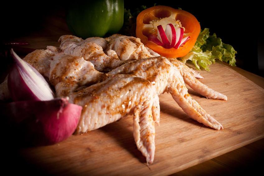 Grillowane skrzydełka w sosie bbq podane z warzywami.