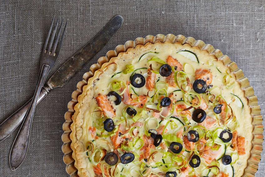 Tarta ze szparagami, oliwkami, pomidorem, łososiem i serem camembert