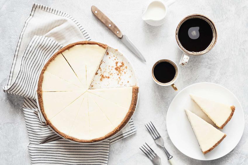 Tarta z serem i cynamonem, pokrojona na kawałki i podana na paterze.