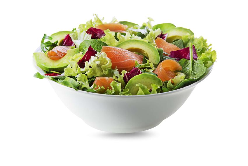 W białej salaterce znajduje się sałatka z łososia i awokado. Całość znajduje się na białym tle.