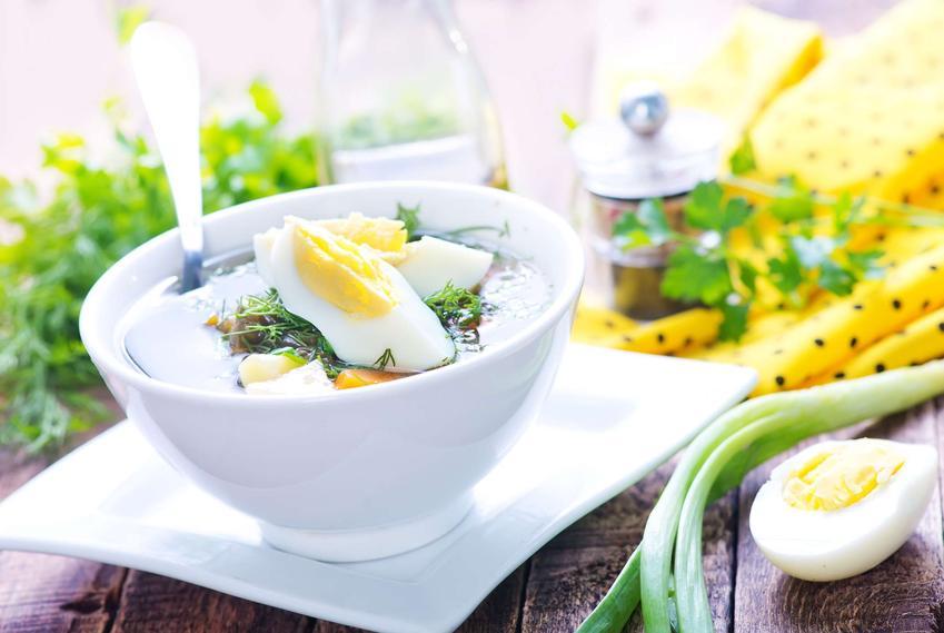 Zupa koperkowa podana w eleganckiej miseczce, udekorowana cząstkami jajka i koperkiem.