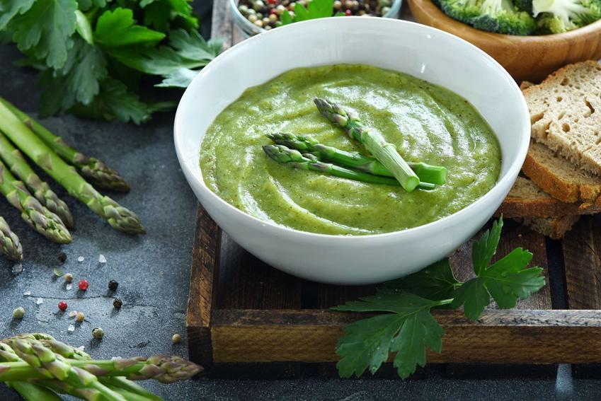 Kremowa zupa ze szparagów udekorowana świeżymi szparagami