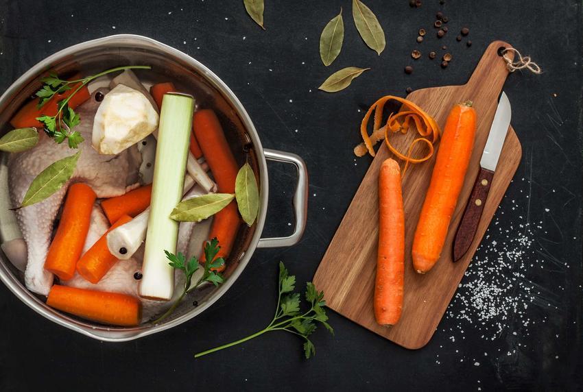 Rosół z kurczaka w garnku z warzywami.