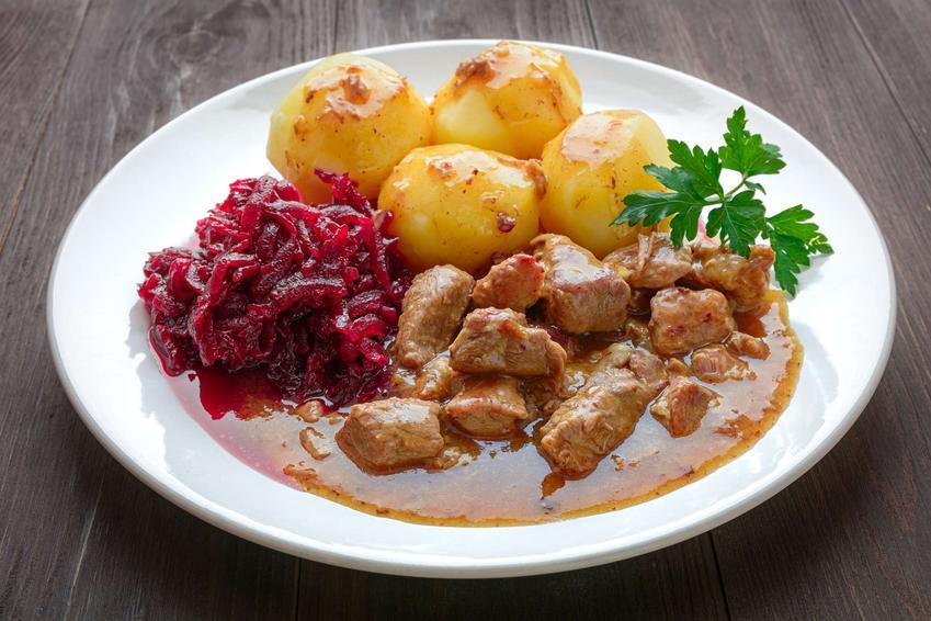 Danie obiadowe z mięsem, gotowanymi ziemniakami i sałatką z gotowanych buraków.