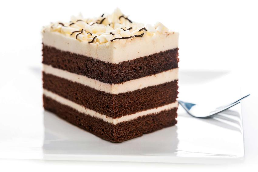 Ciasto kukułka podane na białym talerzu.