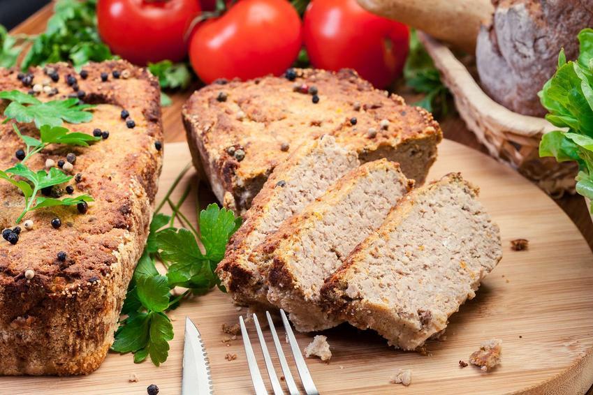 Pasztet z mięsa z rosołu pokrojony i ułożony na desce do krojenia.