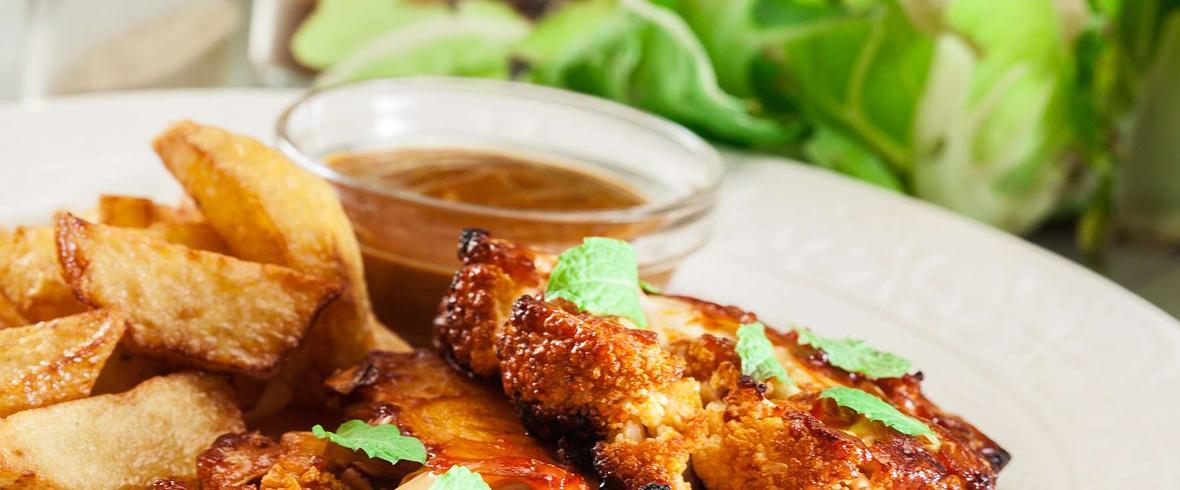 Panierowany, smażony stek z kalafiora z dipem koperkowo-czosnkowym