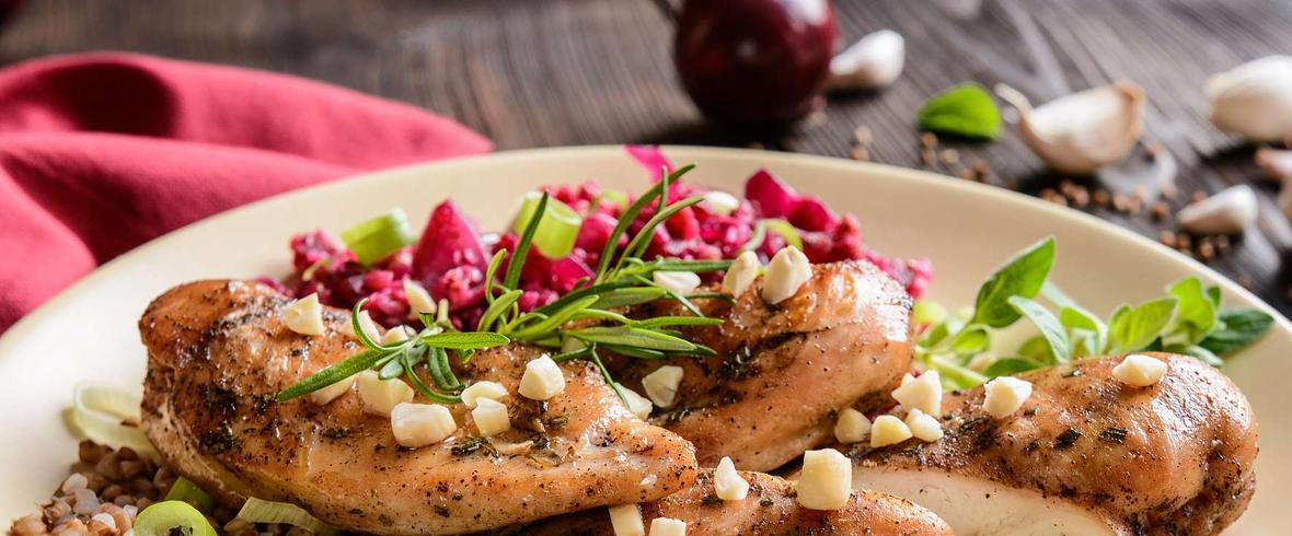 Pieczona pierś z kurczaka z warzywną kaszą gryczaną oraz surówką z czerwonej cykorii