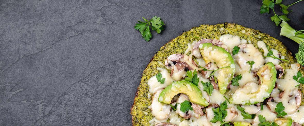 Błyskawiczna fit pizza ze szpinakiem, serem mozzarella i awokado