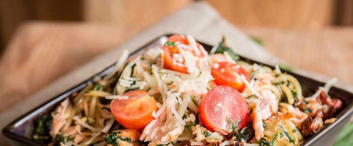 Makaron ze szpinakiem, łososiem i suszonymi pomidorami