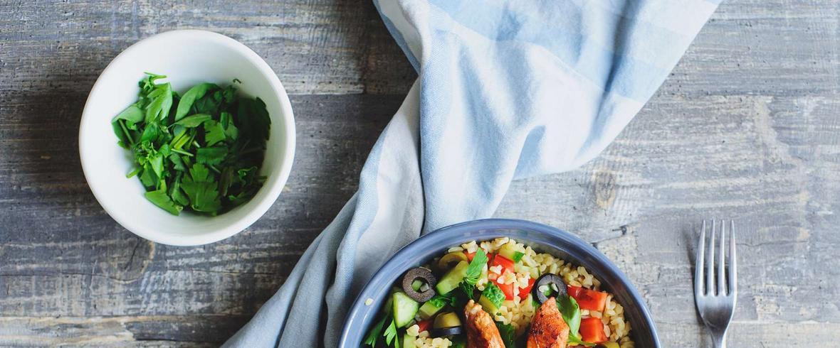 Sałatka z kaszą bulgur ze świeżymi warzywami, polędwiczką z indyka i olejem lnianym