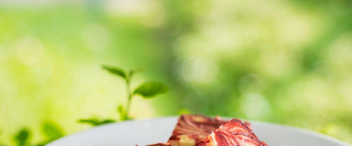 Dietetyczne brownie z musem truskawkowym