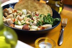 Sałatka z tofu i orzechami oraz pełnoziarniste tosty z hummusem i mozzarellą