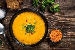 Ekspresowa zupa krem z soczewicy z groszkiem ptysiowym