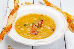 Zupa krem z soczewicy zielonej z chipsami z boczku i prażonymi pistacjami
